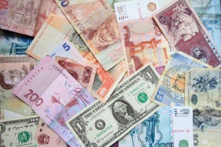 10815090-muchos-billetes-de-diferentes-pa-ses-el-fondo-de-los-billetes-de-banco-monedas-de-diferentes-pa-ses-Foto-de-archivo